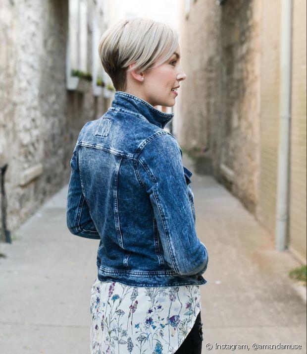Mulher de jaqueta jeans e cabelo curto loiro