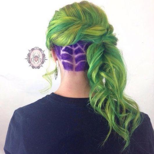 Cabelo colorido verde e roxo