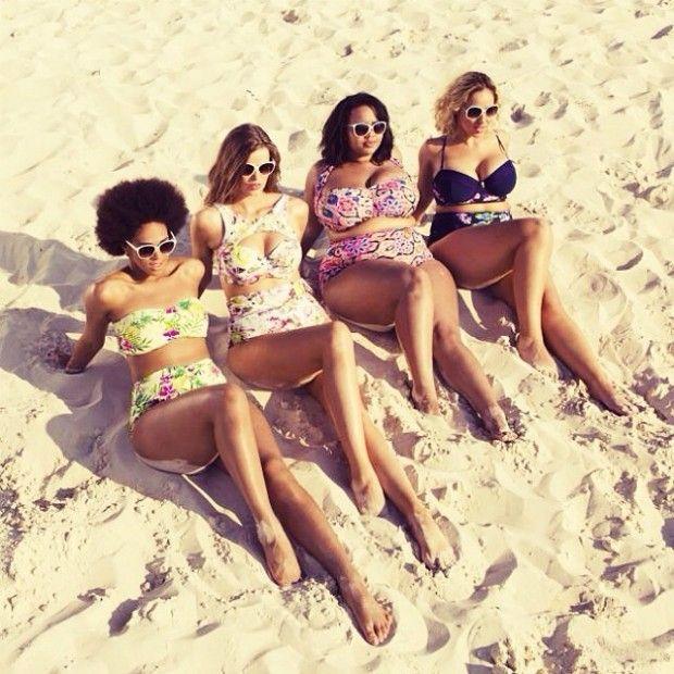 mulheres na praia de biquíni