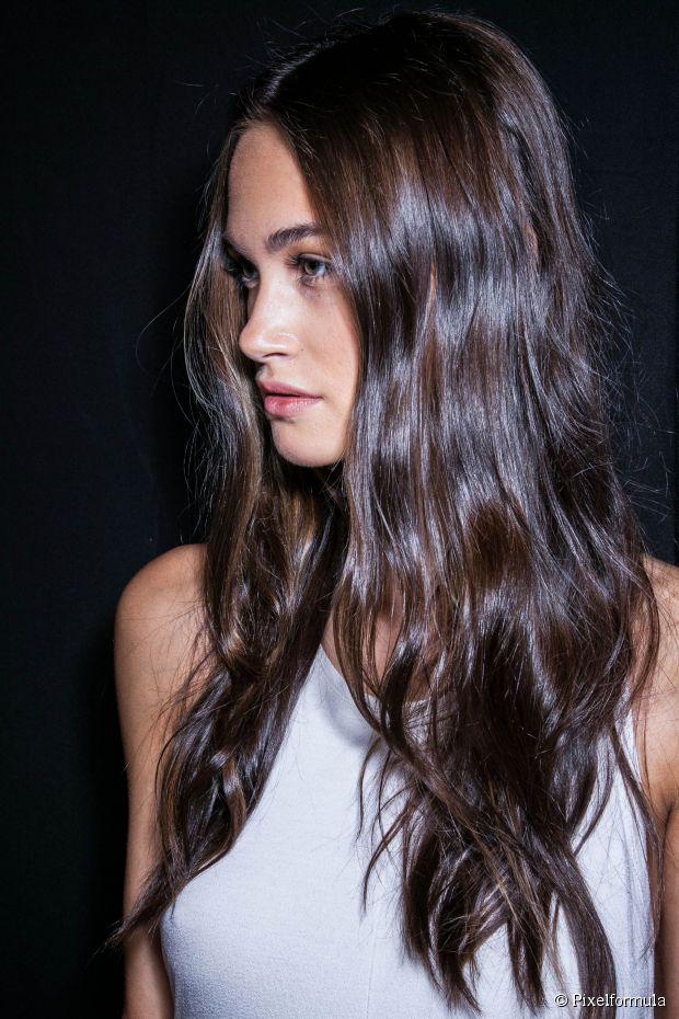Mulher com cabelo ondulado comprido