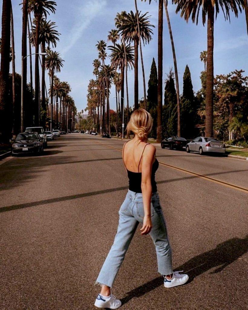 foto tumblr mulher andando pela rua