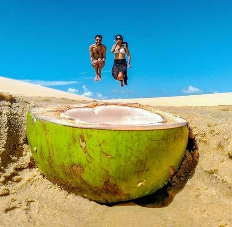casal pulando no coco