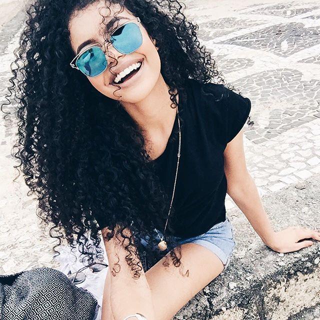 mulher sorrindo com óculos de sol