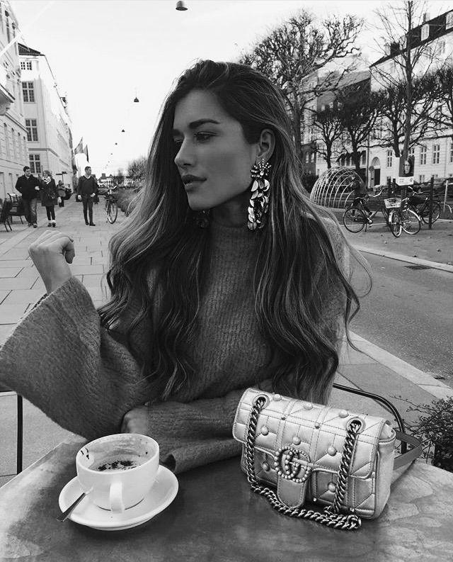 mulher sentada tomando um café