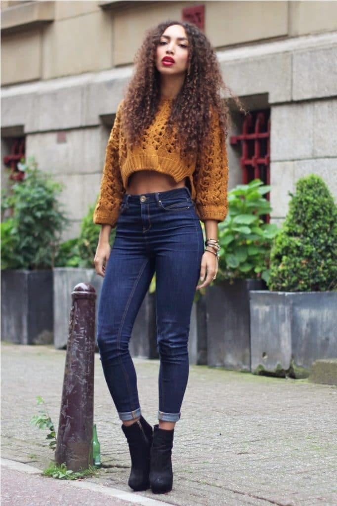 mulher com calça jeans