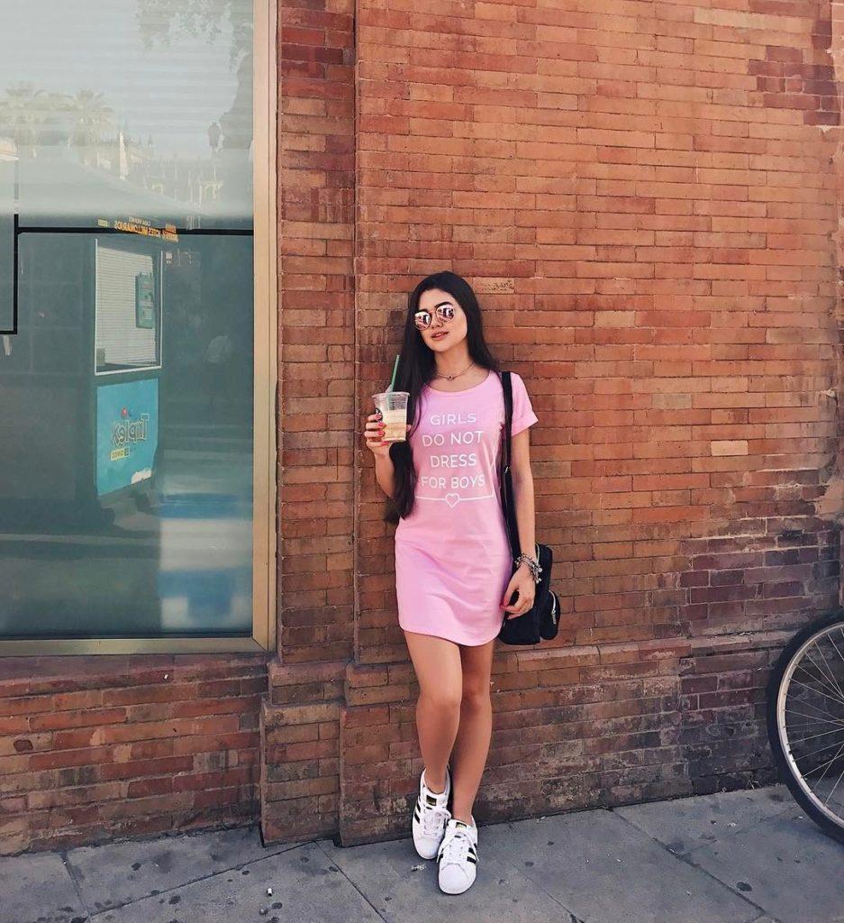 poses para fotos em pé com vestido rosa