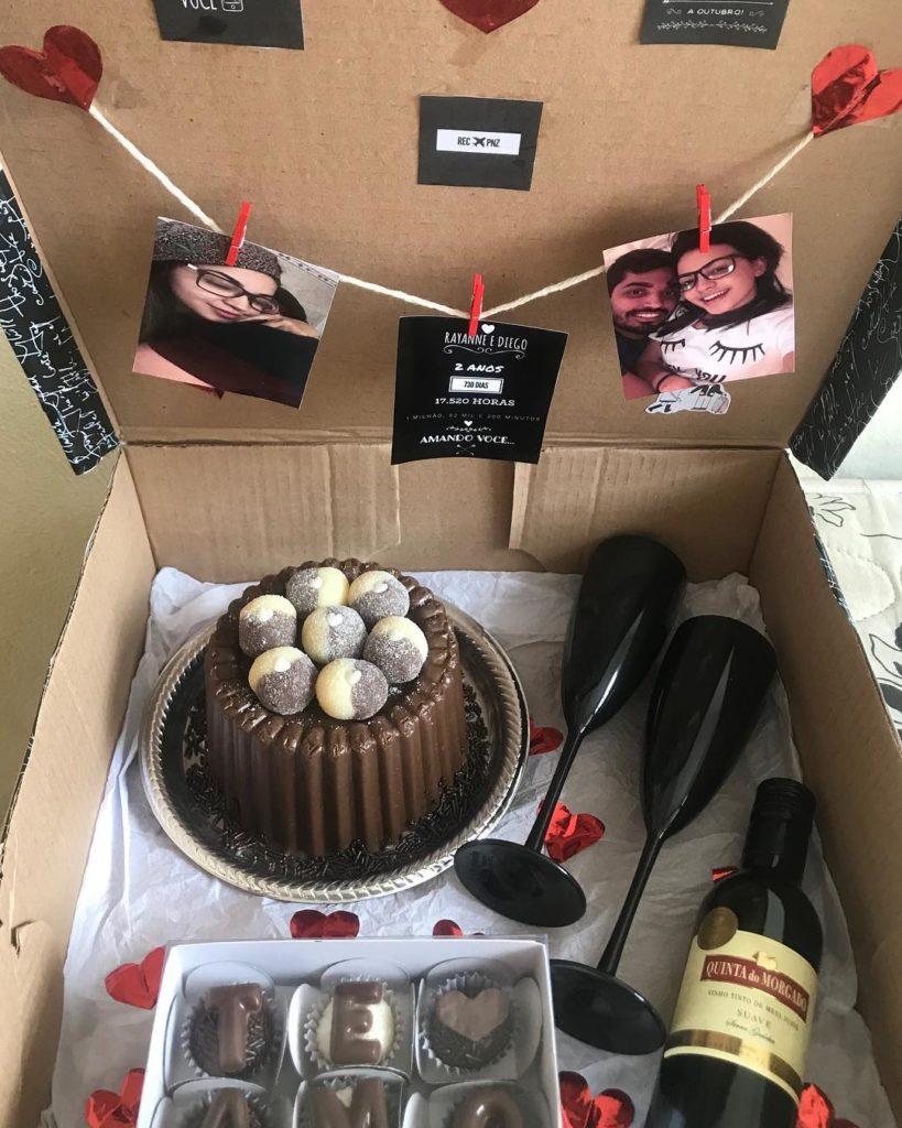 surpresa para namorado com bolo e vinho na caixa
