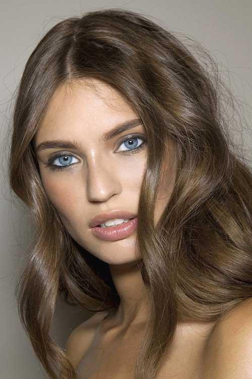 cabelo loiro escuro e olhos azuis