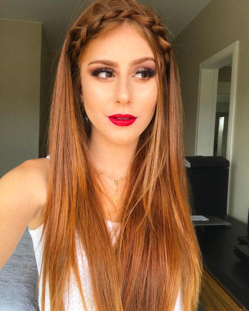 cabelo acobreado com tranças e batom vermelho