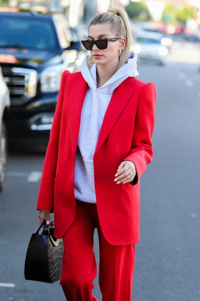 mulher com roupa vermelha
