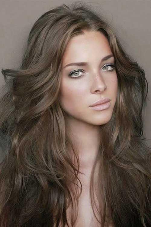 mulher com olhos verdes e cabelo loiro escuro