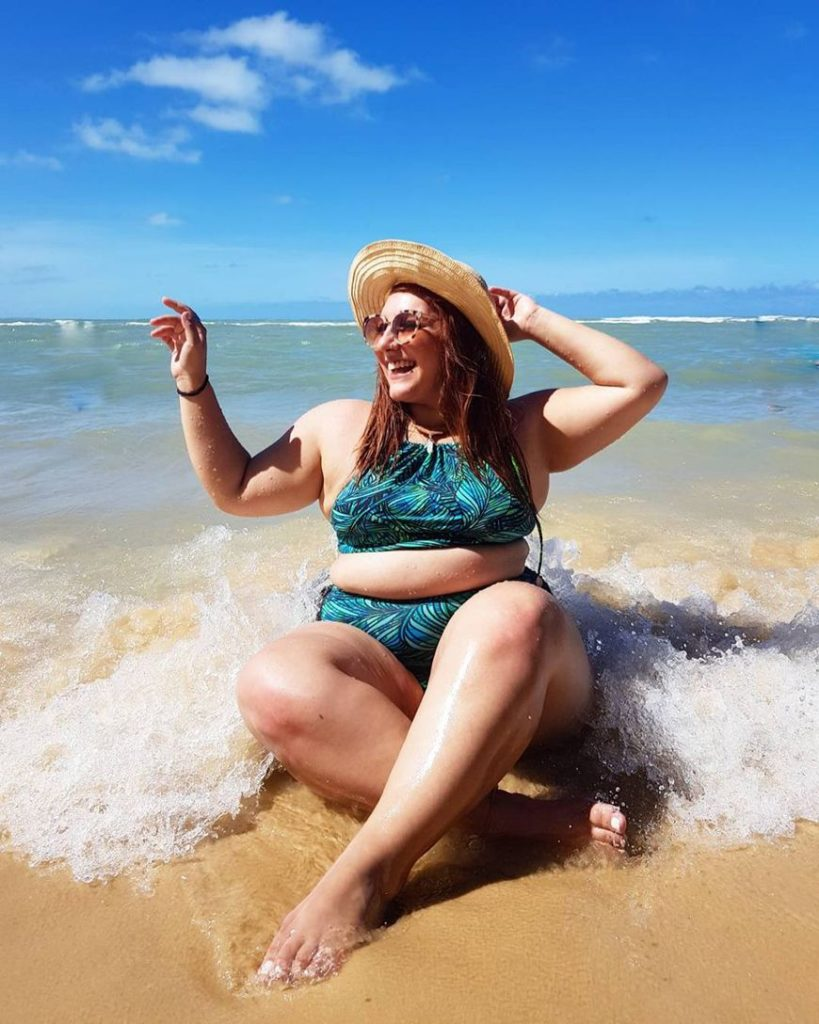 fotos tumblr de mulher com biquini e chapéu na praia