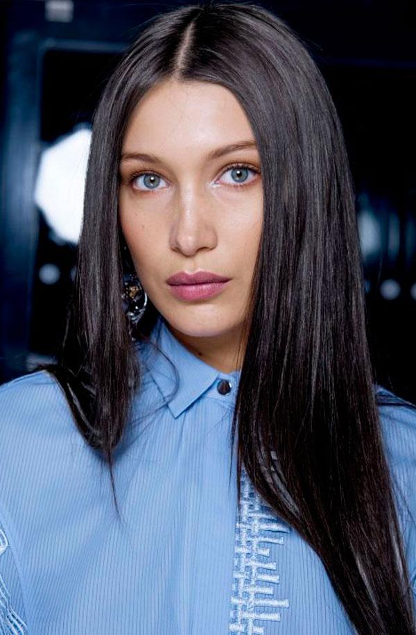 cabelo preto e olho azuis