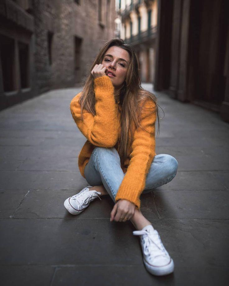 mulher com cardigan laranja