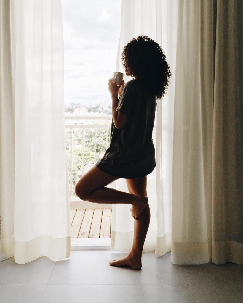 foto tumblr tomando cafe da manhã