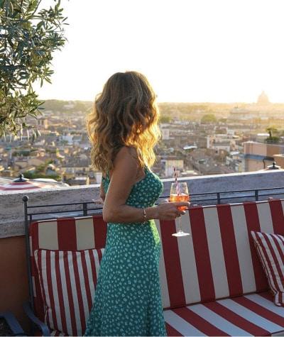 muler distraída olhando o horizonte