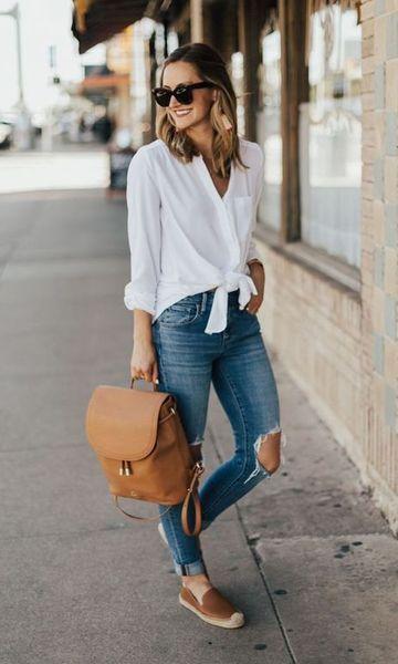 calça jeans e camisa branca