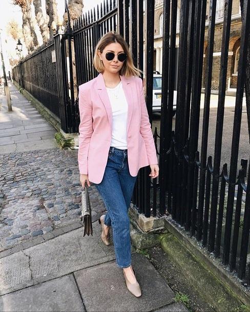 calça jeans e blazer rosa