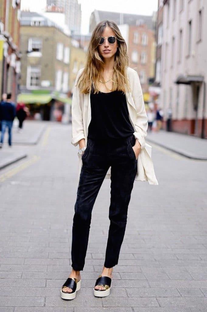 sandália flatform preta e dourada