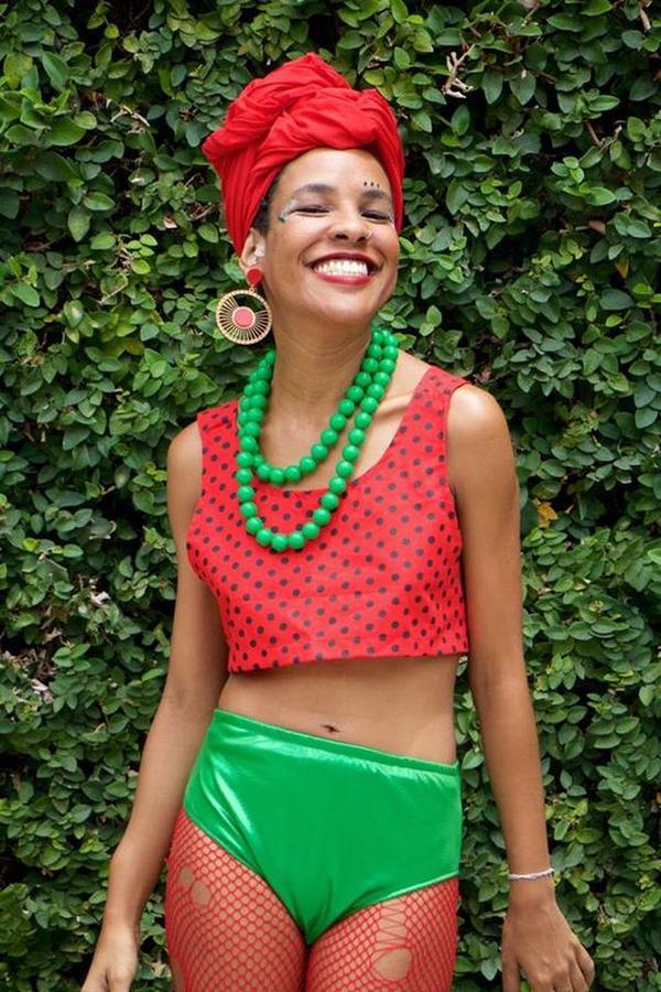 turbante vermelho colar verde