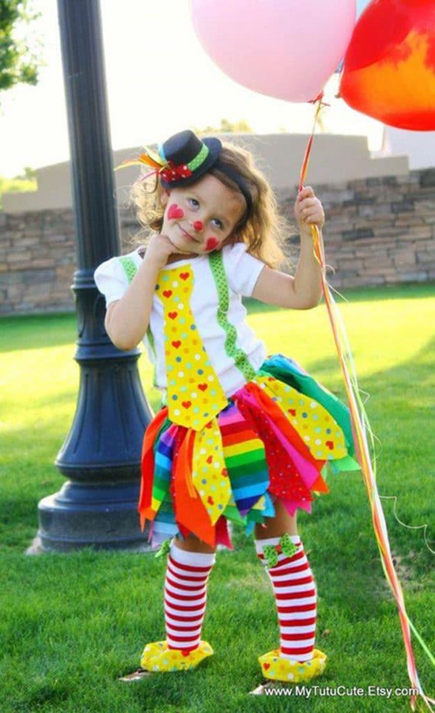 menina com roupa de palhacinha
