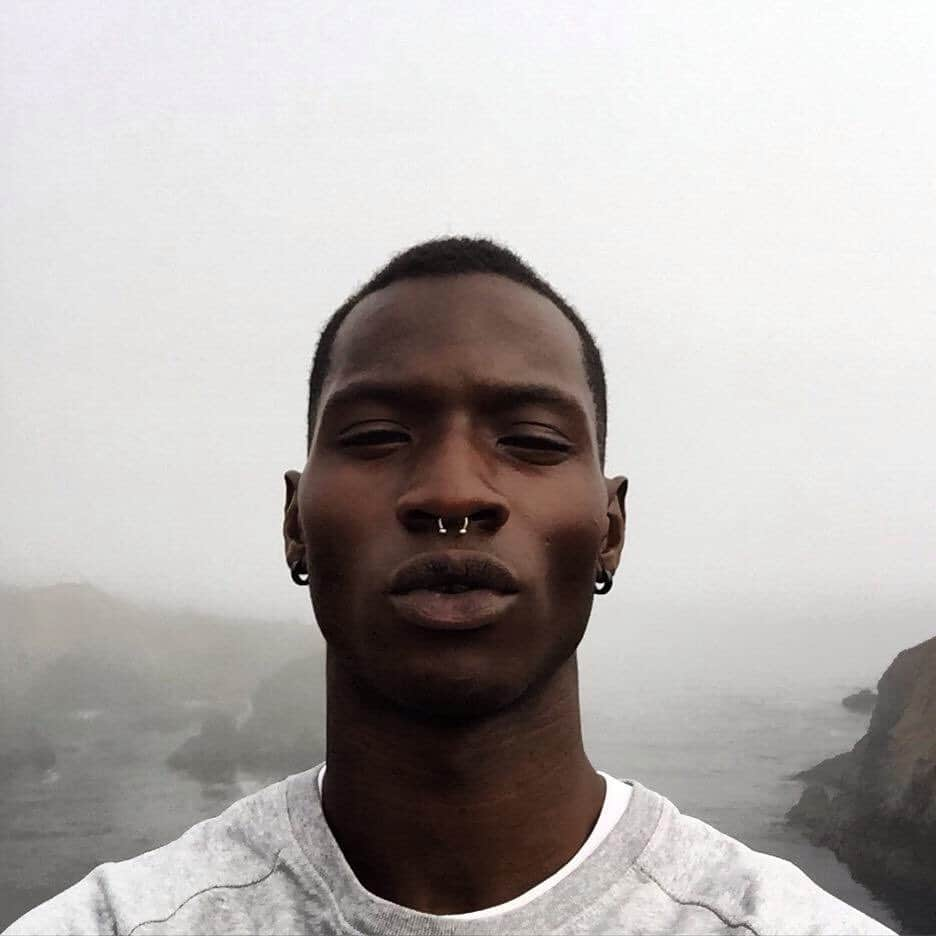 homem negro com piercing