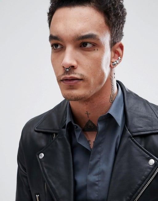 homem com jaqueta de couro preta