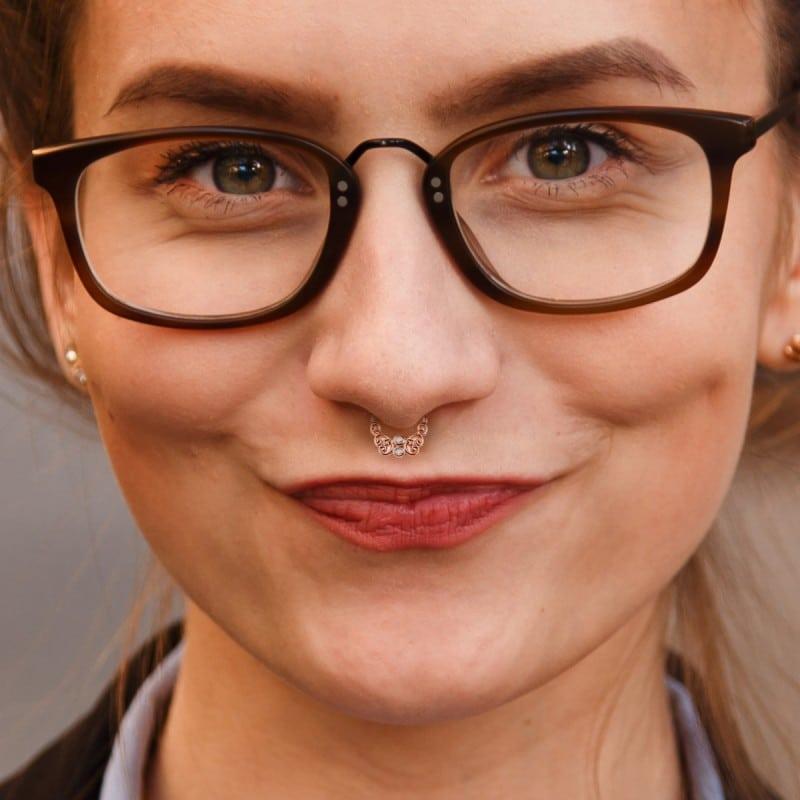 mulher com óculos de grau