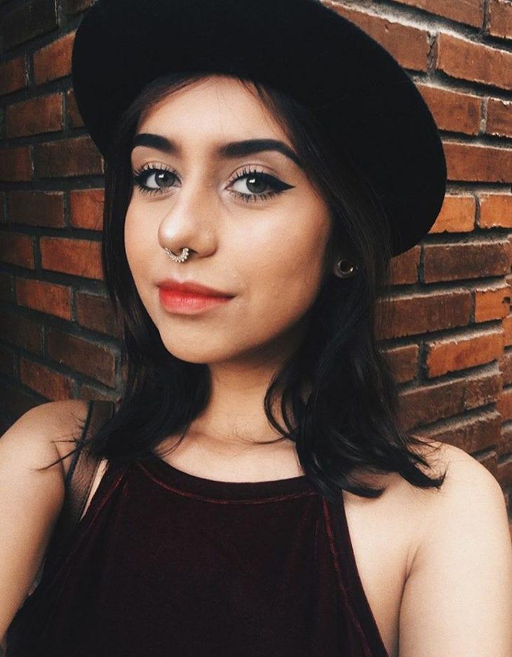 menina com chapéu preto