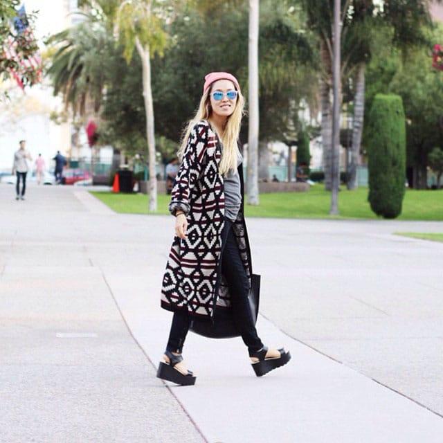mulher andando na rua
