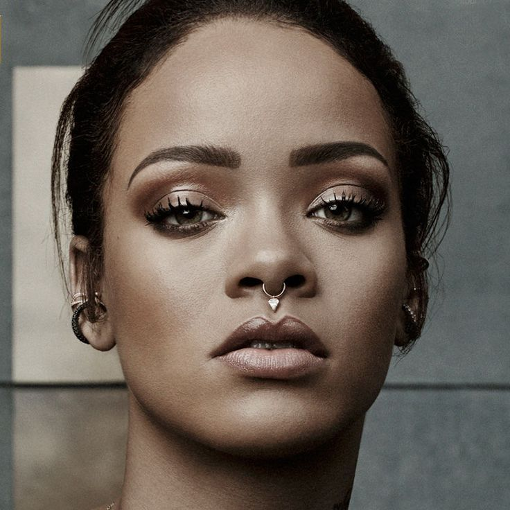 Rihanna com piercing no septo