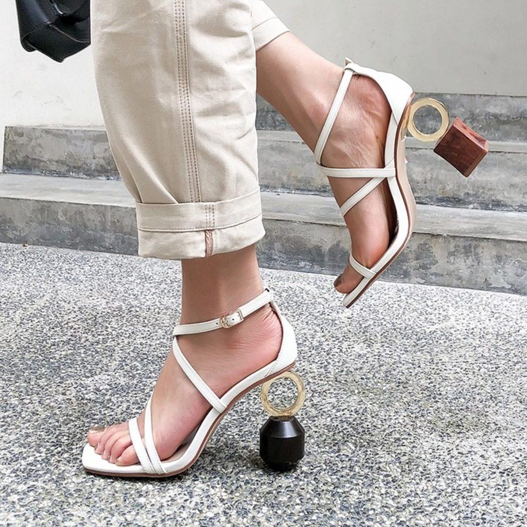 sapatos femininos com saltos diferentes