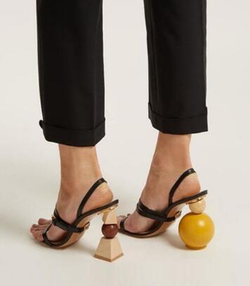 sapato feminino com tiras e salto diferente