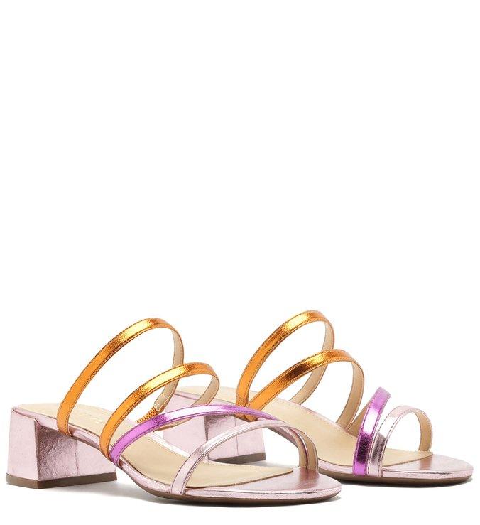 Sandália aberta colorida de tiras