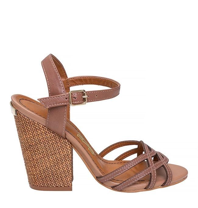 sandália de couro salto madeira