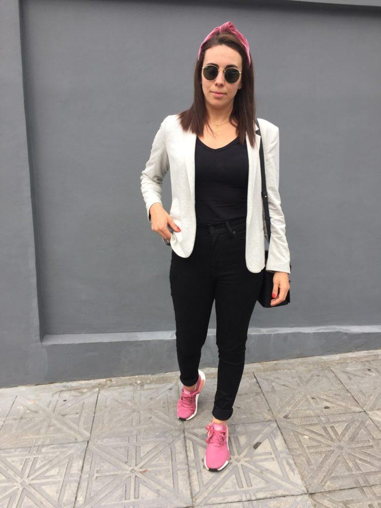 tenis rosa e óculos de sol