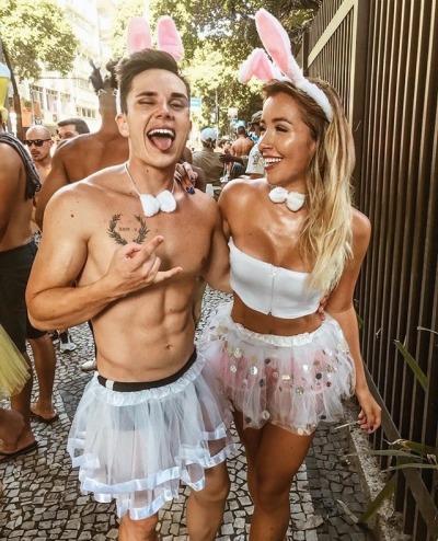 Fantasias de carnaval casal jovem