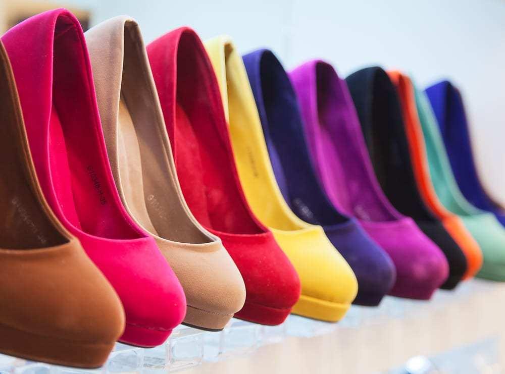 como organizar sapatos por cor