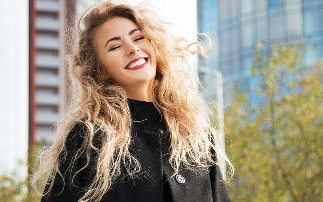 mulher sorridente e cabelos loiros