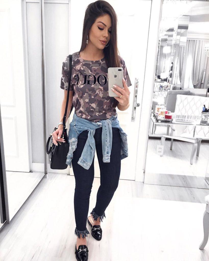 calça preta e camiseta