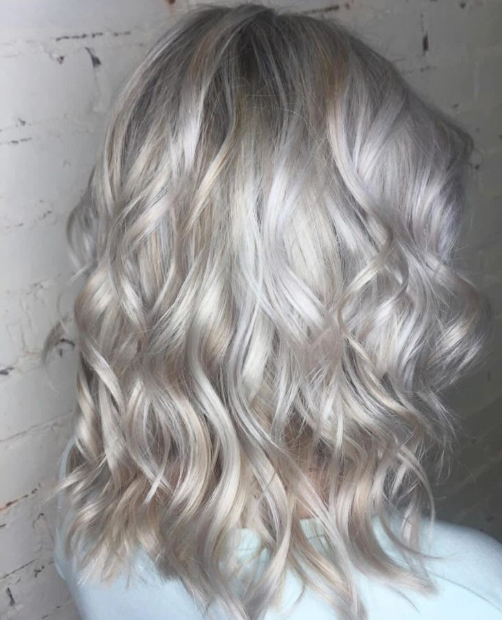 cabelos loiros ondulados perolados