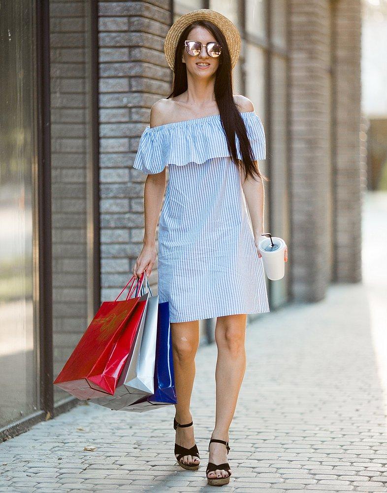 fotos de sapatos sandálias com vestido listrado