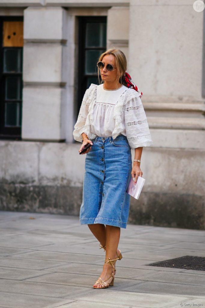 fotos de sapatos sandália com saia jeans