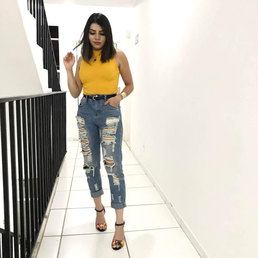 blusinha amarela e calça jeans