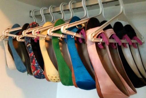 como organizar sapatilhas no guarda-roupa