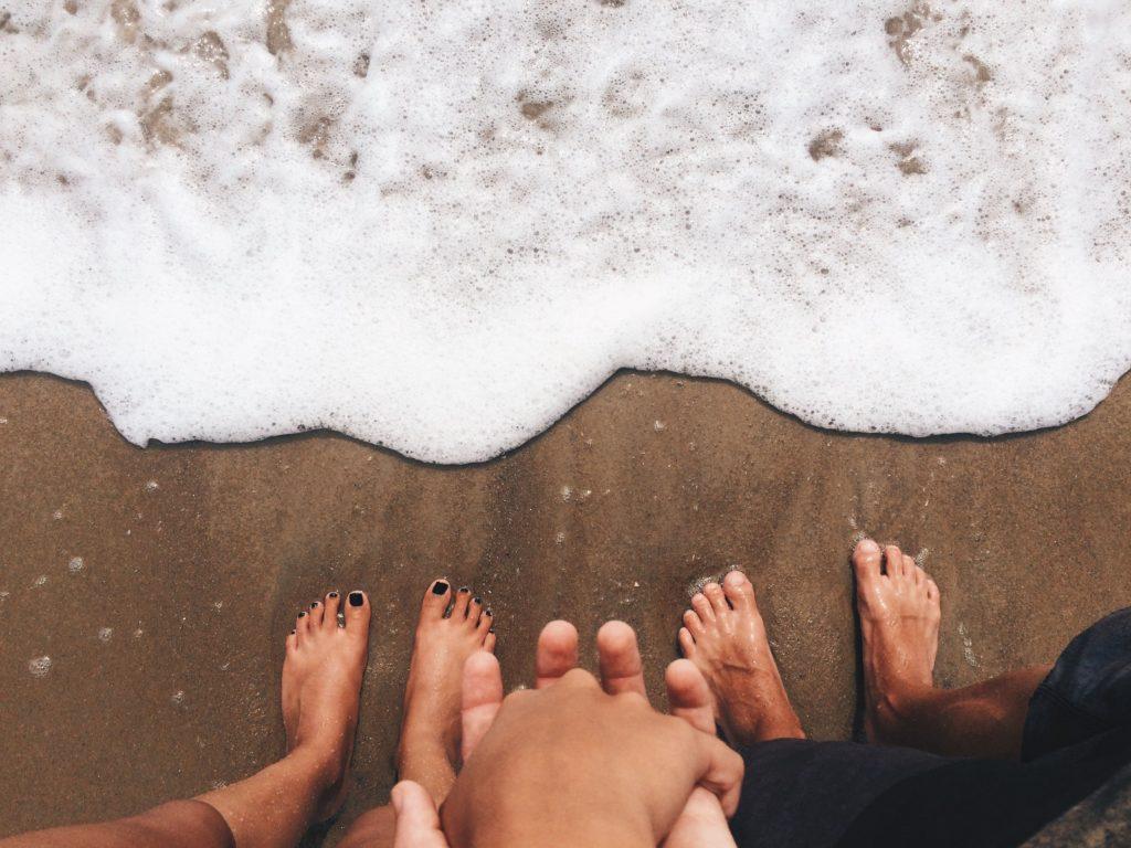 mãos dadas na areia