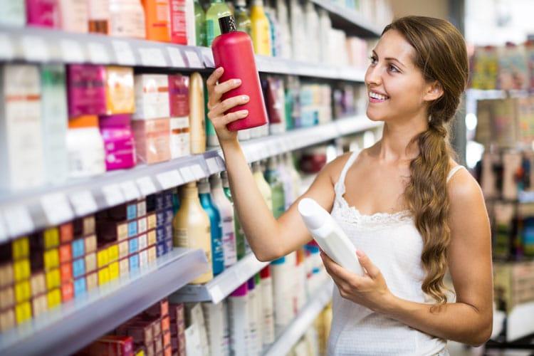 mulher comprando shampoo