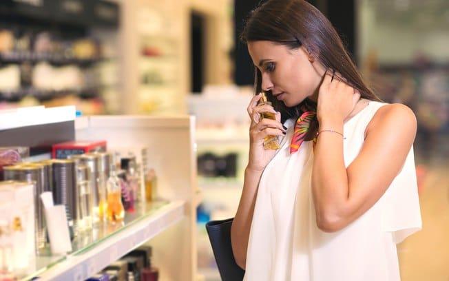 mulher escolhendo perfume
