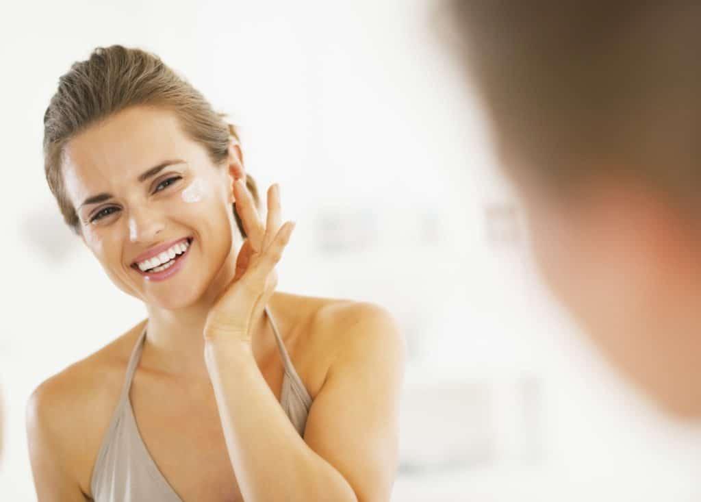mulher olhando no espelho
