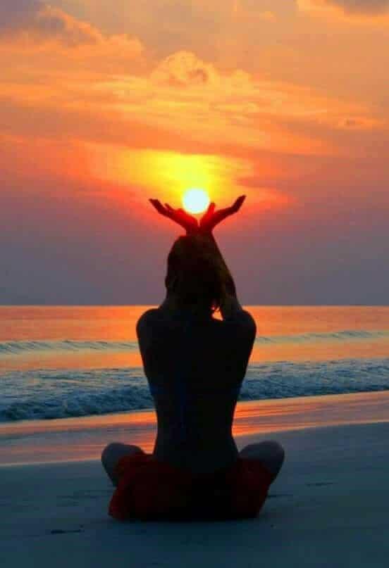 mulher no pôr do sol